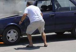 Yanan otomobilini üfleyerek söndürmeye çalıştı