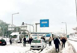 Adana'da kar otoyolu kapattı