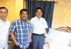Duterte Abe'ye yatak odasını da gezdirdi