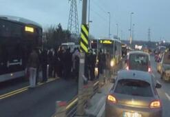 Metrobüs yolunda kaza Seferlerde aksama yaşanıyor...