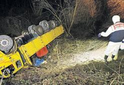İşçi taşıyan kamyon devrildi