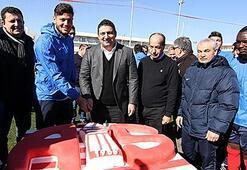 Antalyaspor Başkanı Öztürk'e doğum günü kutlaması