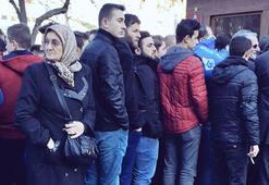 Trabzonda bilet kuyruğunda bekleyen teyze sosyal medyayı salladı