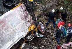 Meksikada futbolcuları taşıyan otobüs köprüden uçtu 20 ölü