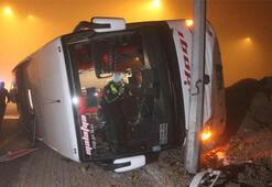 Konyada yolcu otobüsü refüje devrildi: 11 yaralı