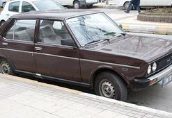 Eski model araç kullanan gençler yandı