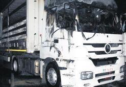 Teröristler yol Kesip araç yaktı