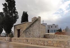 Güney Kıbrıs'ta tarihi cami kundaklandı