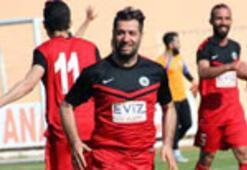Futbolculara kızan yönetici oyuna girip 3 gol attı
