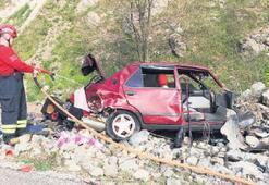 Otomobil bariyerlere  çarptı: 1 ölü, 3 yaralı