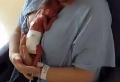 Prematüre bebeğini ilk kez kucağına aldı