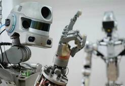 Rusların ürettiği FEDOR adlı robot iki eliyle ateş edebiliyor