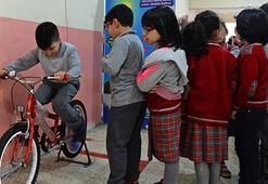 Öğrencilerin enerjileriyle elektrik üretiyorlar