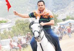 At sırtında halkı selamladı
