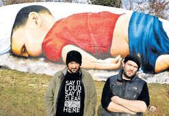 Türk-Alman sanatçılar Aylan Kurdi'yi çizdi