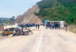 Yolcu midibüsü otomobile çarptı: 3 ölü 12 yaralı