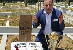 Erzurumspor Başkanı Ali Demirhan, şampiyonluk kupasını İbrahim Erkalın mezarına götürdü