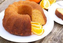 Tarçın kokulu elmalı kek yapmak için kolları sıvayın