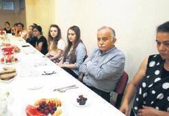 Öğrencilerle yurtta iftar