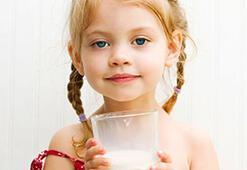 Kemik erimesine karşı çocuklarınıza süt içirin