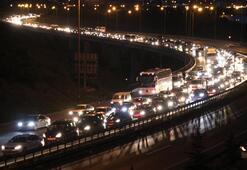 Büyük şehirlere dönüş başladı Bayram trafiği yoğunlaştı...