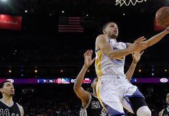 Warriors, Spursu devirerek galibiyet rekoru hedefine bir adım daha yaklaştı