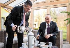 Alman Bakan, mevkidaşı Çavuşoğluna evinde Türk çayı ikram etti