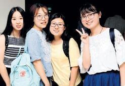 'Dünyanın öğrencisi' yabancı dil öğretiyor