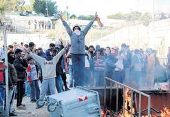 Midilli'de sıkışan mülteciler polisle çatıştı