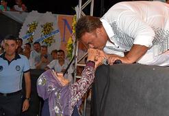 Bülent Serttaş sahnede el öptü