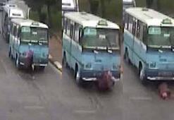 Minibüs yaşlı kadını 5 metre sürükledi