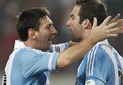 Messi ve Higuain küçük kızlar gibi