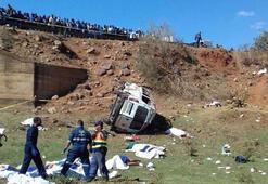Güney Afrikada minibüs köprüden yuvarlandı Çok sayıda ölü var