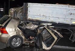 Otomobil TIRa çarptı: 4 ölü