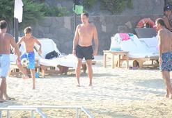 Plajda futbol oynadı