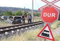 Tren kamyonu biçti şoförün burnu bile kanamadı