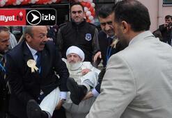 96 yaşındaki protestocuyu böyle dışarı attılar