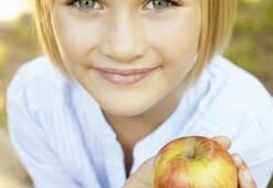 Çocuklar elmayı ısırarak tüketmeli