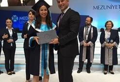 Başbakanın mutlu günü kızına diplomasını verdi