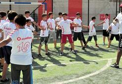 Noumadan çocuklara futbol dersi