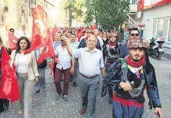 Selçuk, bayraklarla yürüdü