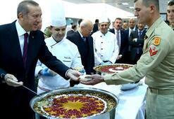 Erdoğan, askere aşure dağıttı