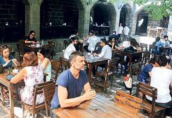 Diyarbakır'da 'komşu' mekanları gezdi