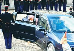 Kraliçe'nin şapkası için garajdan  araç çıkarttı...