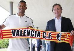 Nani Valenciaya imzayı attı, pozunu verdi