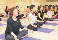 Pembe kurdeleli yogacılar