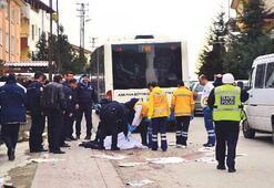 Oğlunu okula bırakırken otobüsün altında öldü