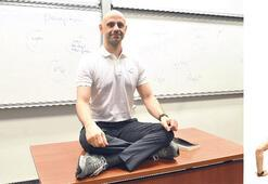 Öğrencilerini amuda kaldırıp ders anlattırıyor
