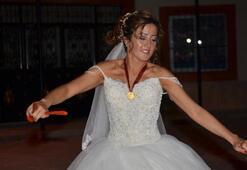 Darbe girişimi yüzünden yabancı damat gelemeyince gelin düğünde tek başına oynadı