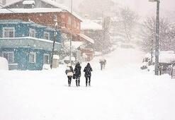 Karadeniz'de köy yollarına kar engeli